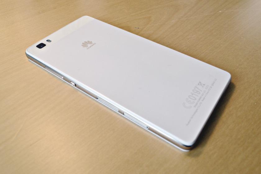 Baksiden av en Huawei P8 Lite Hvit